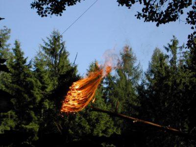 Hořící koule na lanovce. Lanko bylo nejprve přehozeno přes vor.