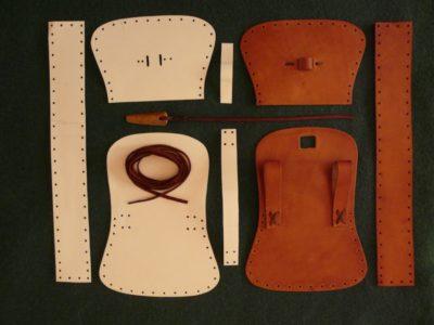 Papírové střihy na všechny díly a první sešité komponenty, kůže nabarvena lihovým mořidlem