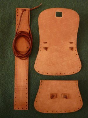 Pohled na vnitřní část brašničky - detail ukončení šití řemínkem