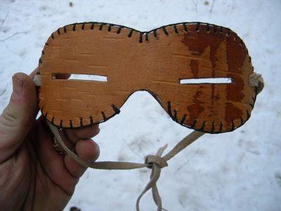 Replika brýlí z březové kůry vyrobená nějakým bushcrafterem