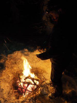 Bez podložky se oheň propadá do sněhu.