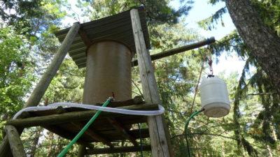 Vodojem a barel na kladce na teplou vodu
