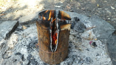 Hořící svíce pomalu ubývá ze středu, nahoře je po celou dobu plocha vhodná pro vaření.