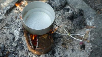 Na svíci rychle uvaříme vodu a opečeme jídlo.