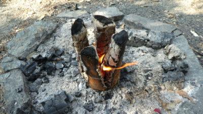 I skoro dohořelá svíce si stále udržuje žhavý základ. Vítr může způsobit trochu nerovnoměrné hoření.
